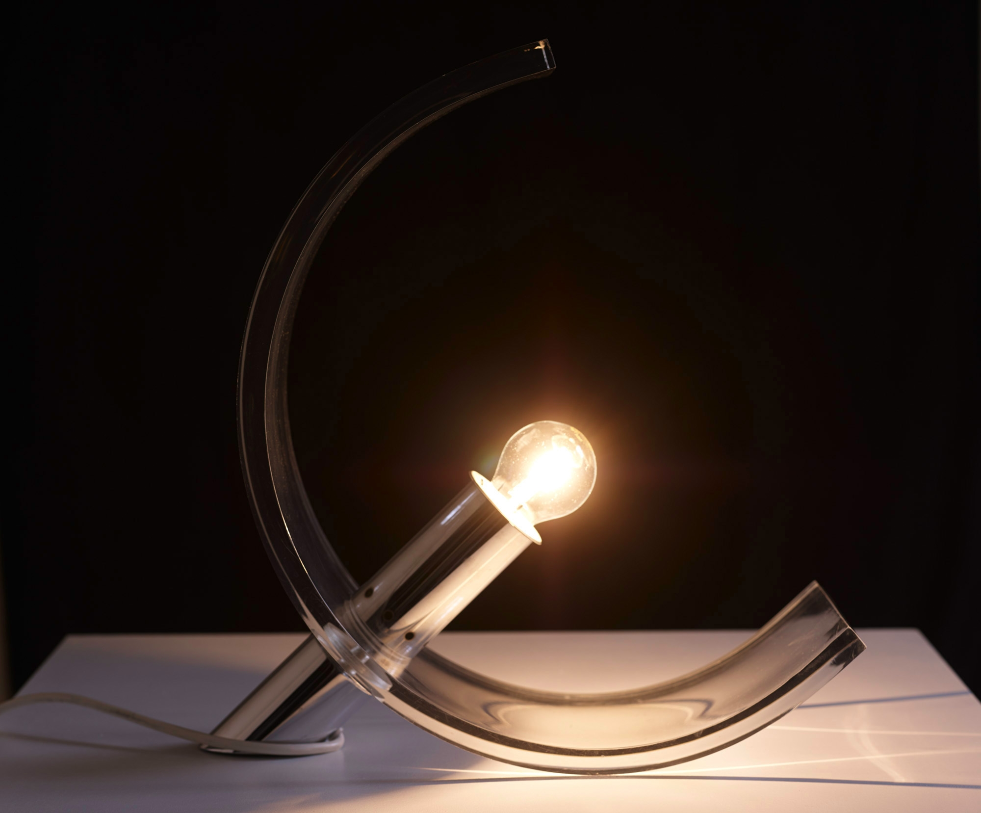 plexiglas-table-lamp-by-atelier-a-image-07