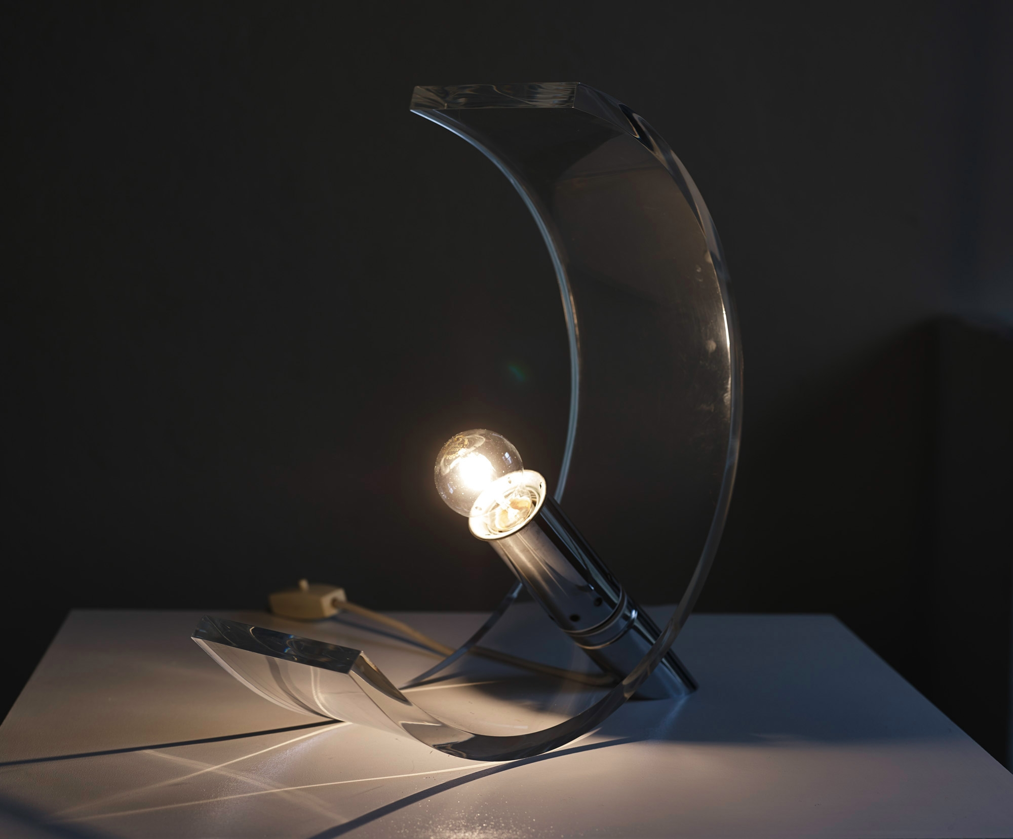 plexiglas-table-lamp-by-atelier-a-image-06