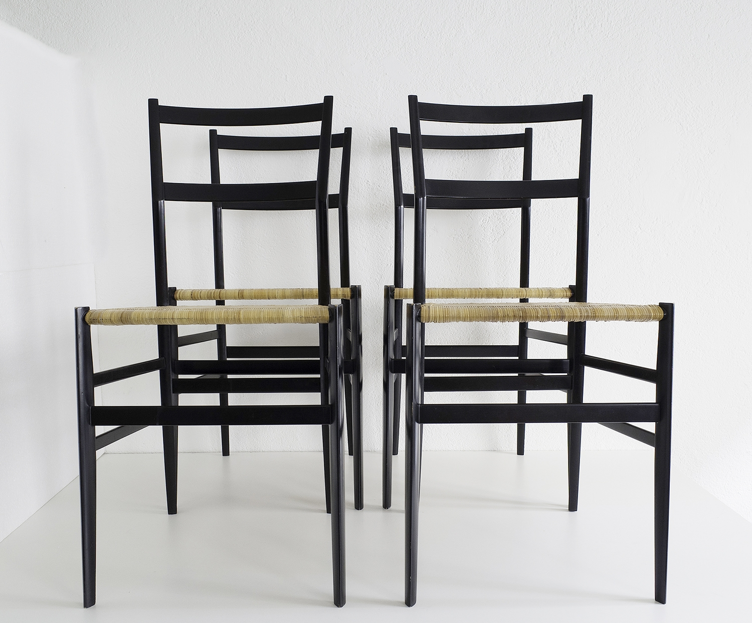 ensemble-de-4-chaises-superleggera-de-gio-ponti-image-01