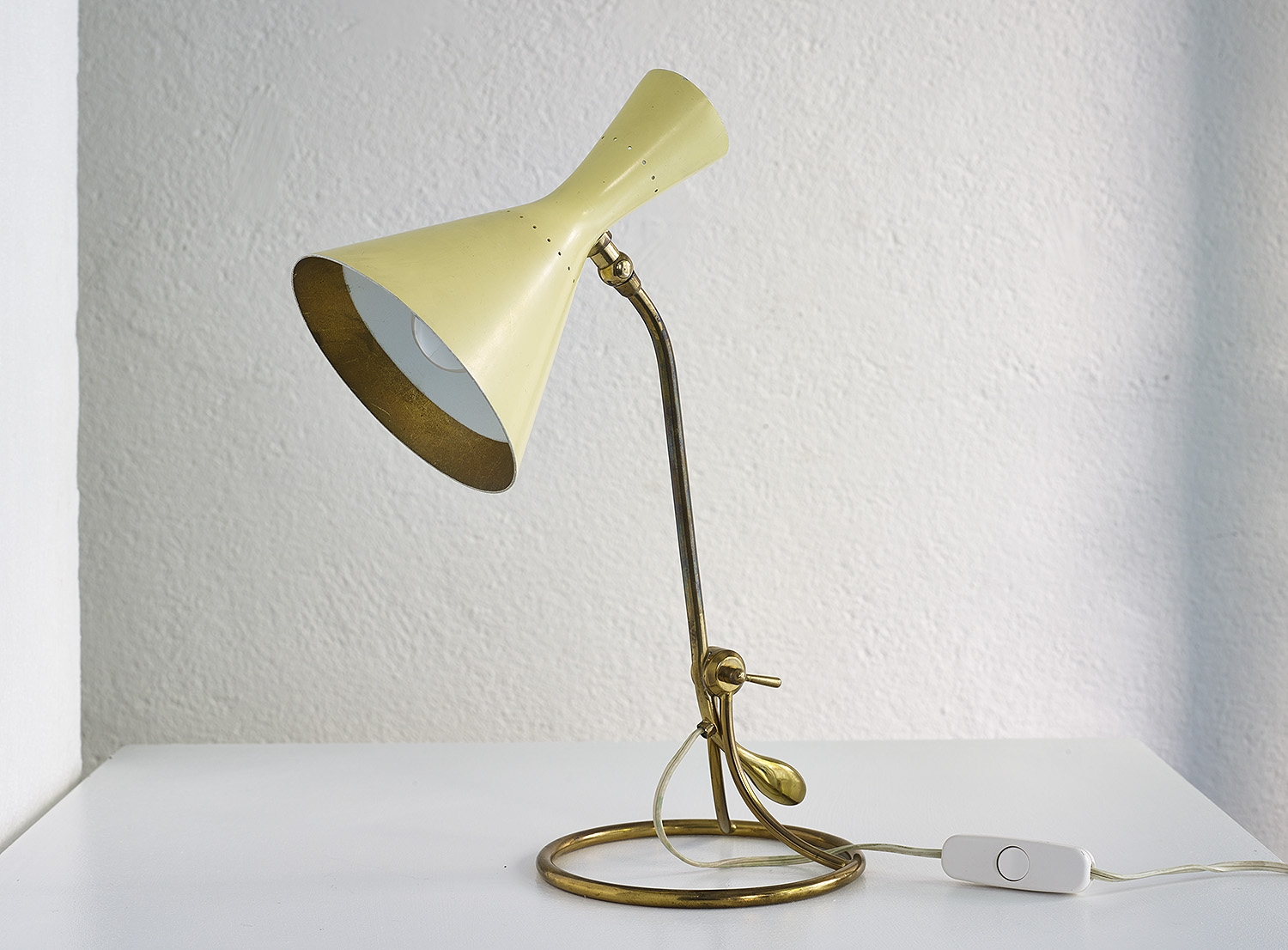 counterweight-table-lamp-by-baumann-kolliker-image-01