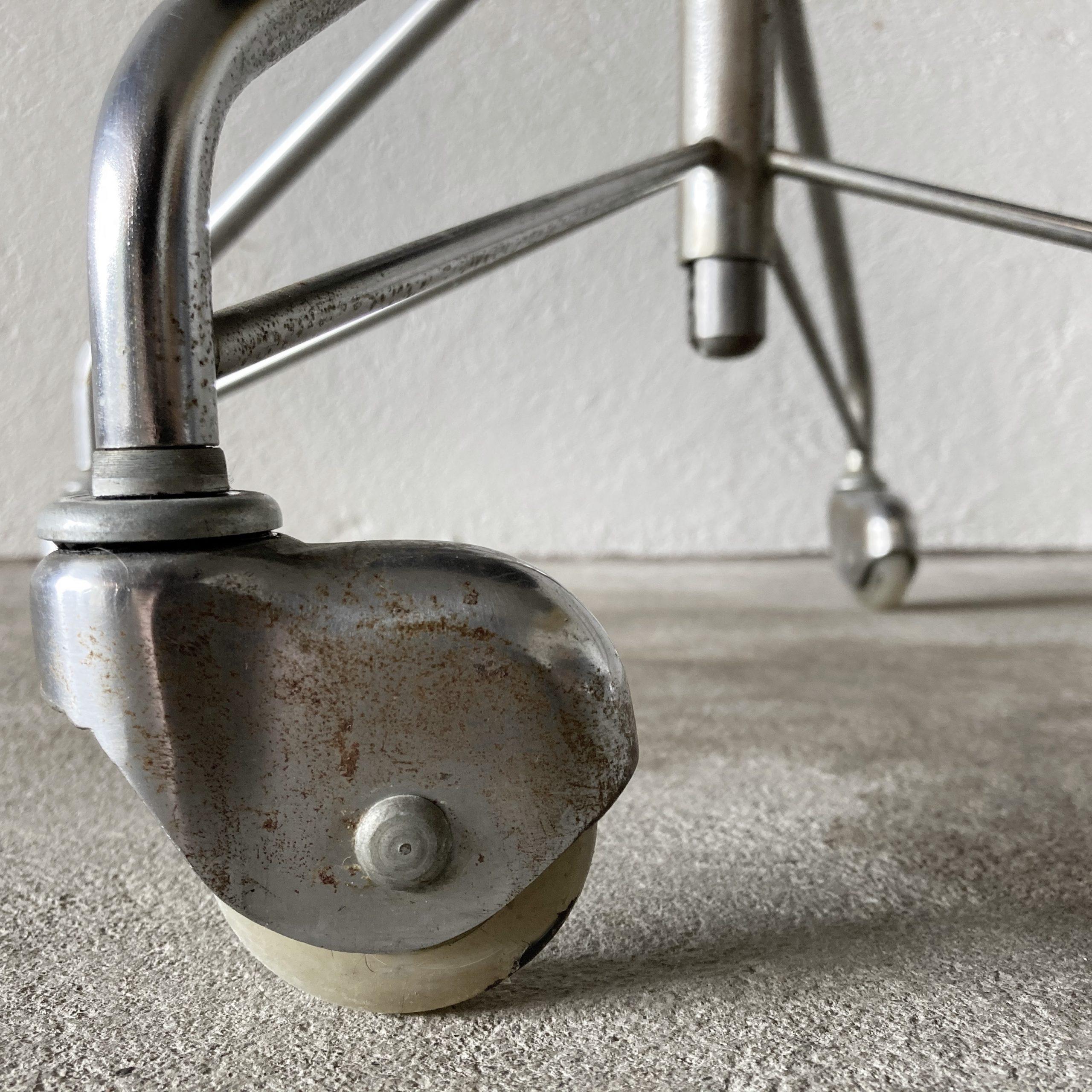 swivel-desk-chair-3113-by-arne-jacobsen-1964-image-03