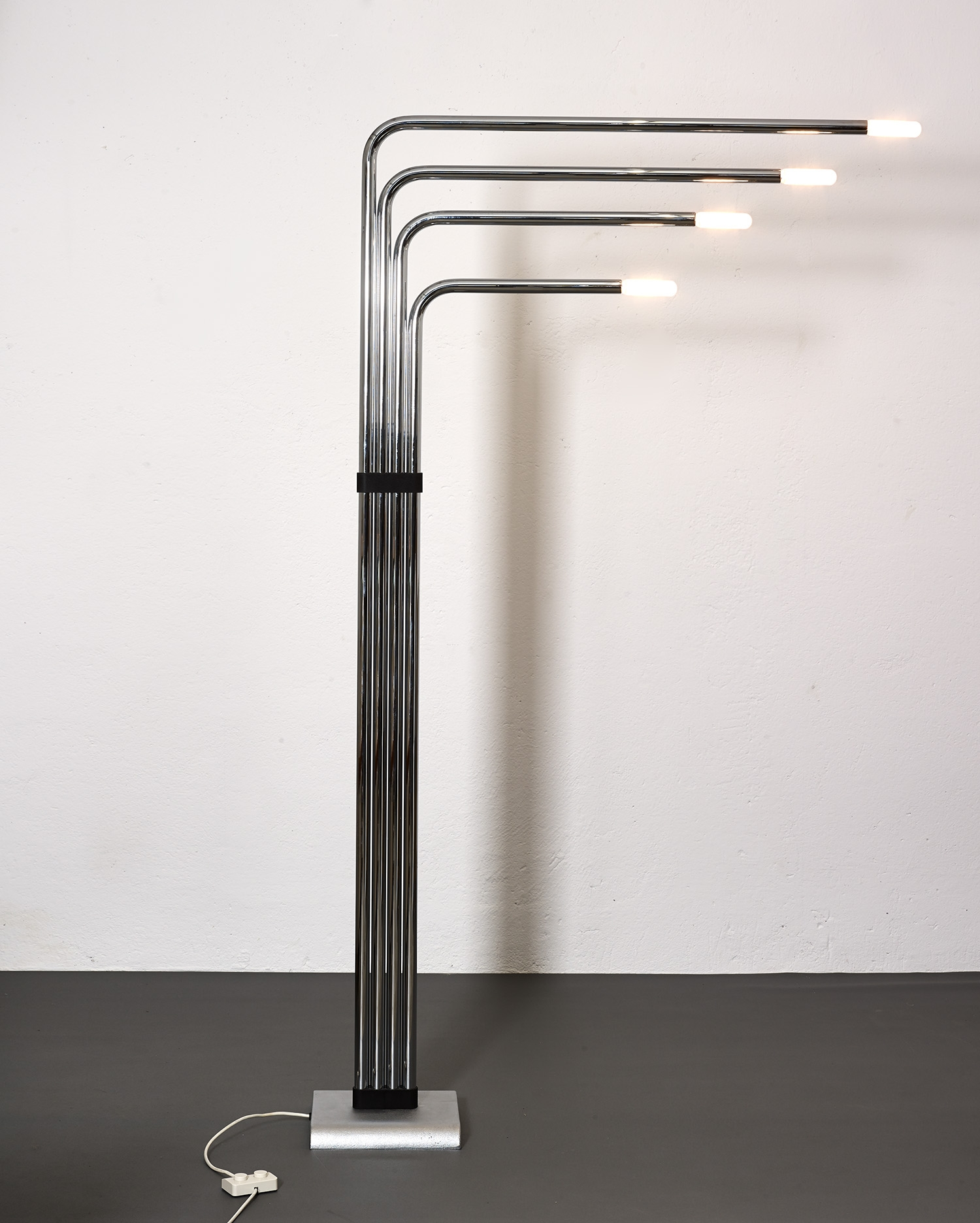 architectural-floor-lamp-by-reggiani-1970-image-04