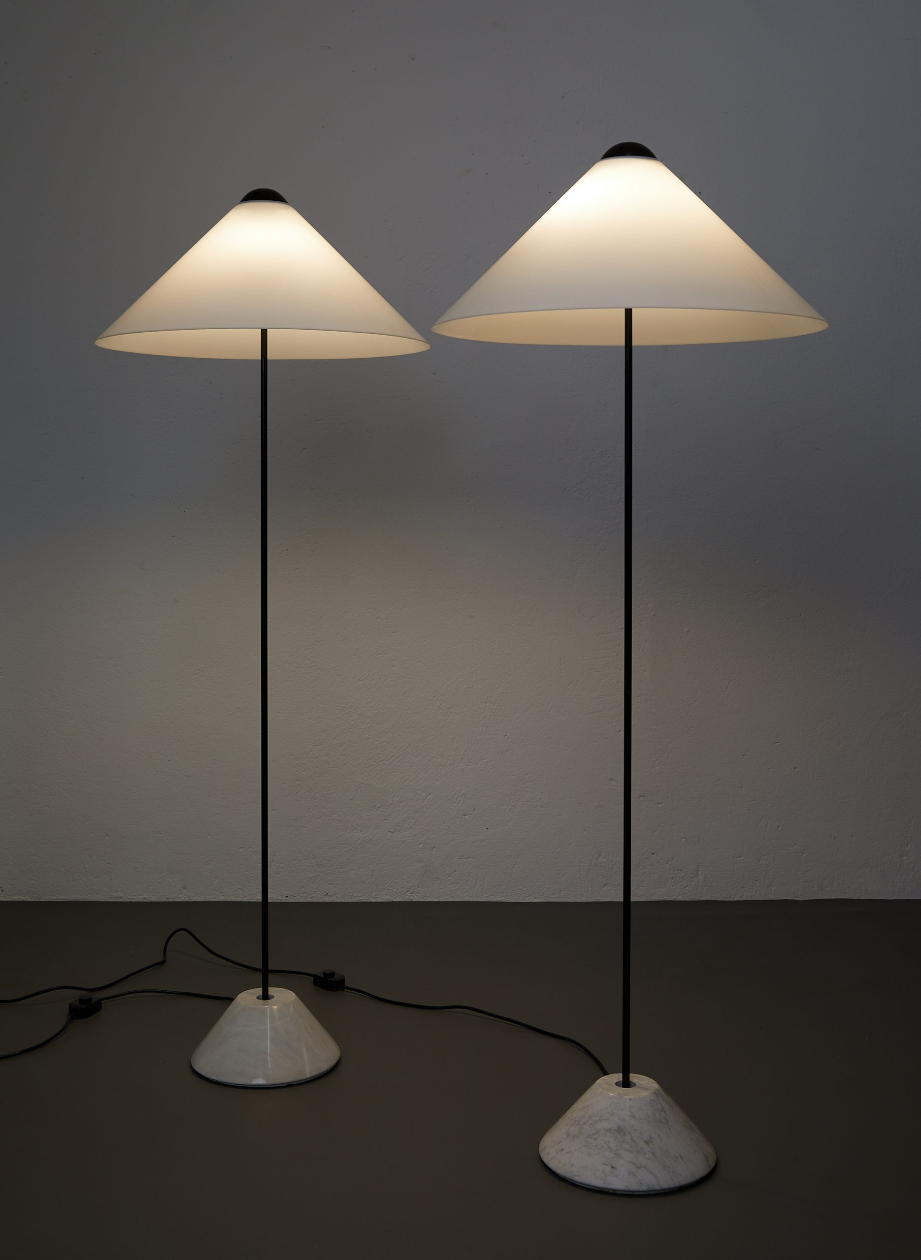 pair-of-snow-floor-lamps-by-vico-magistretti-oluce-1973-image-02