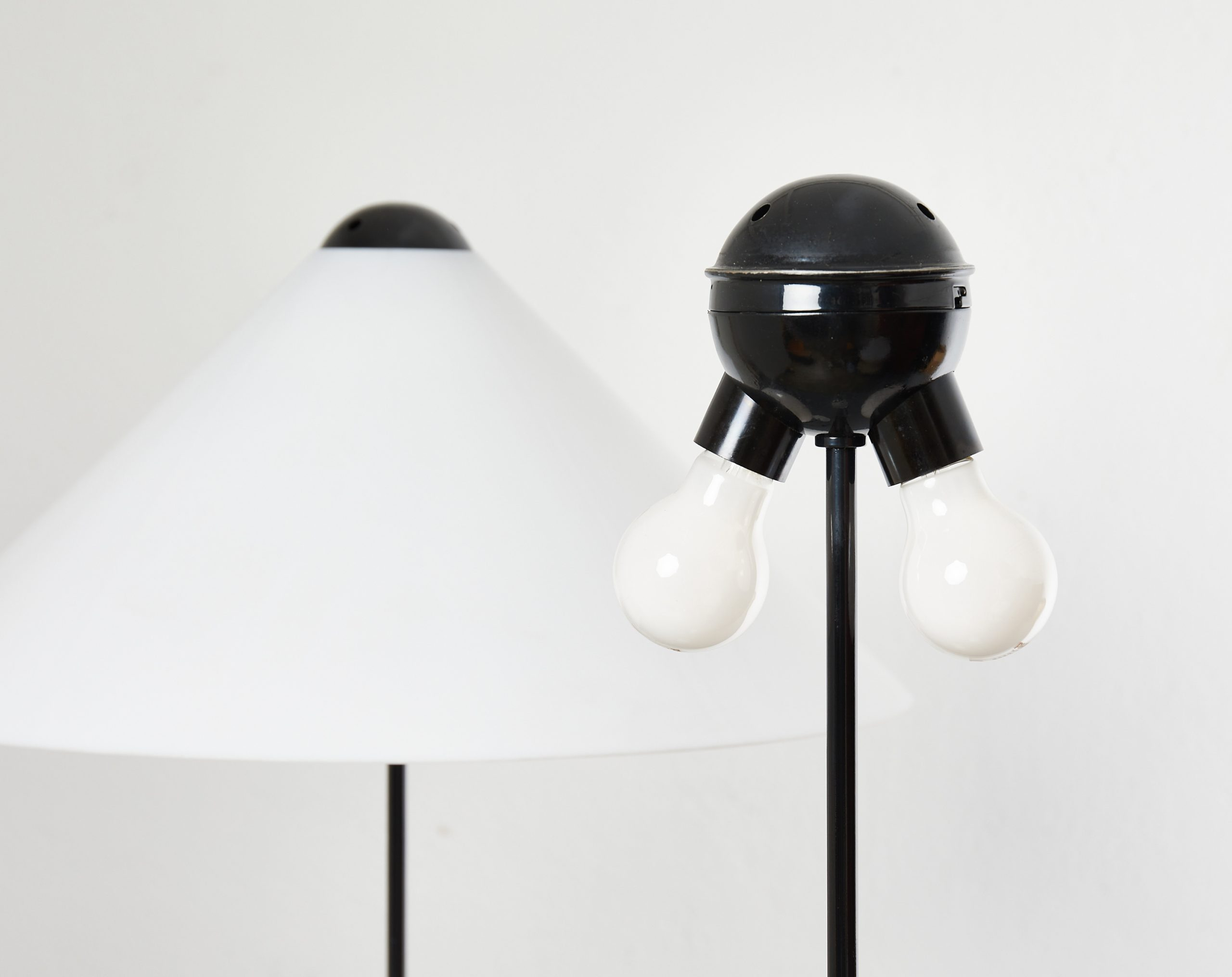 pair-of-snow-floor-lamps-by-vico-magistretti-oluce-1973-image-05