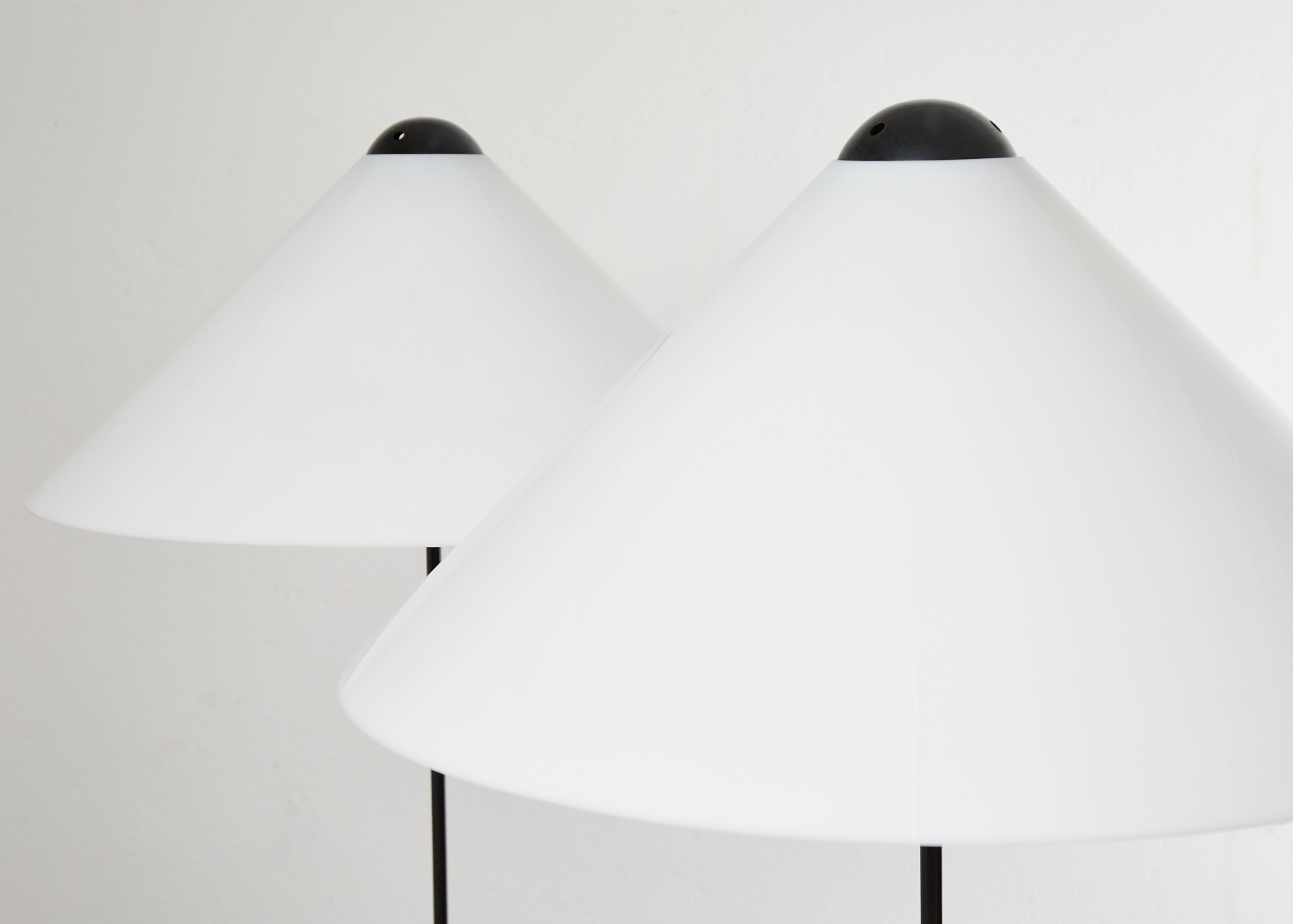 pair-of-snow-floor-lamps-by-vico-magistretti-oluce-1973-image-04